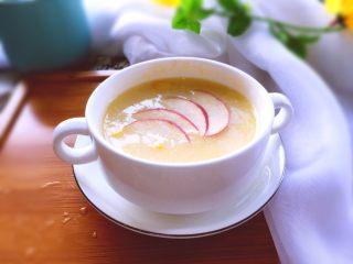 早餐+营养早餐鸡蛋玉米羹,将苹果洗净切薄片,铺上摆拍一张