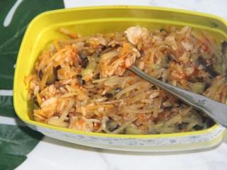 茄丝土豆丝辣酱拌饭,用勺子拌匀