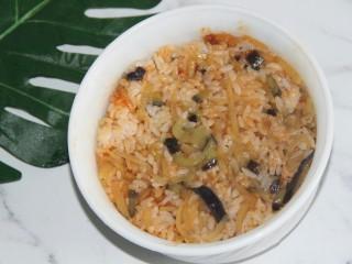 茄丝土豆丝辣酱拌饭,盛入一个碗中,用勺子压实