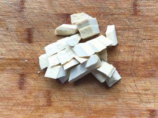 彩椒滑口白玉菇,豆干切成小块