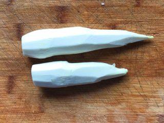 彩椒滑口白玉菇,茭白洗净削皮,防止农药残留
