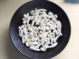 彩椒滑口白玉菇,掰开泡水里备用