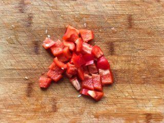 彩椒滑口白玉菇,红椒切成小片,最好能去除内层白色的膜状体
