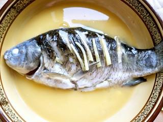 鲫鱼蒸蛋,把蒸出的水份倒掉,倒入打好的蛋液