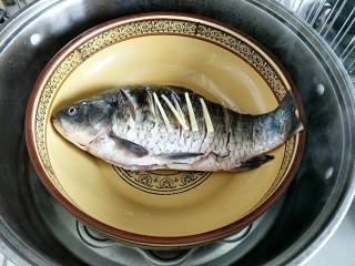 鲫鱼蒸蛋,鱼腌制好后上锅蒸8分钟
