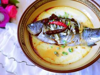 鲫鱼蒸蛋,趁热浇在鱼上,满屋子的香气,快开动吧