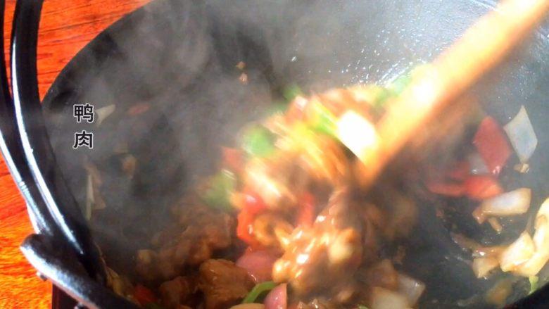 平菇鸭肉,再到入鸭肉翻炒均匀