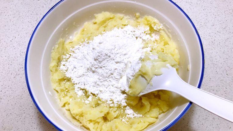 香酥土豆饼,加入土豆淀粉,加入精盐