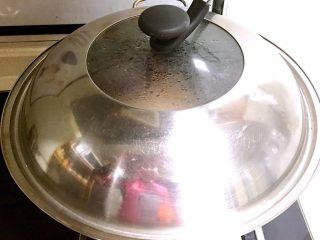 香酥土豆饼,放入锅中,蒸15分钟