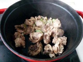 鸭腿黑蒜酸萝卜,放入鸭肉块煸炒
