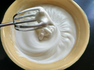 草莓蛋糕卷,蛋白打发到湿性发泡,提起打蛋器有小弯钩,就打发好了,这时,将烤箱160度预热10分钟。
