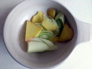 鸭腿黑蒜酸萝卜,葱姜改刀分别切成片和段