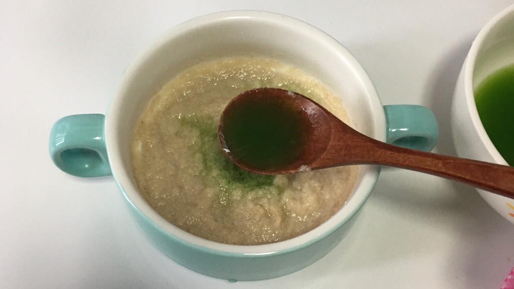 宝宝辅食之小白菜蛋黄米糊,.加入青菜泥。</p> <p>宝宝如果第一次吃青菜不要加多了。1小勺就够,以后慢慢逐渐加多。
