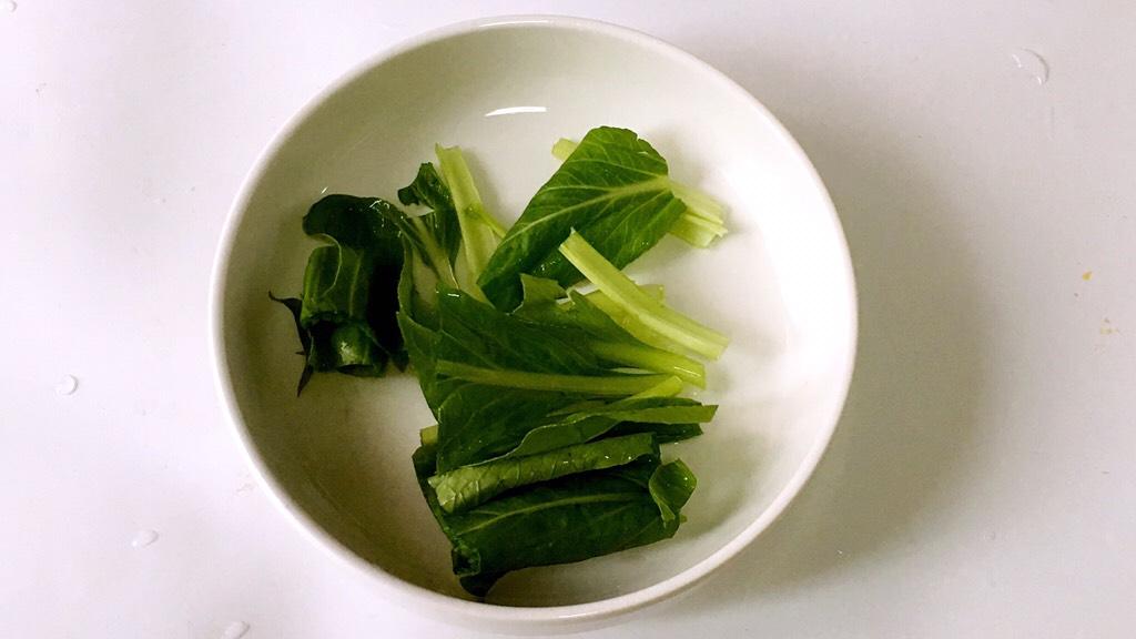 宝宝辅食之小白菜蛋黄米糊,3.青菜冲洗一遍,浸泡几分钟后冲洗干净,切成小段。</p> <p>由于蔬菜中含有丰富的水溶性维生素,不宜浸泡过长时间,以免流失营养;采用清水冲洗法,可以祛除蔬菜中的大部份水溶性农药。
