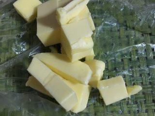 #家有烤箱#星空吐司,揉成光滑的面团后,加入软化的黄油继续揉面