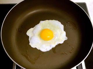 石锅拌饭,锅内刷一层大豆色拉油,烧热后打入鸡蛋,小火煎制3分钟即可