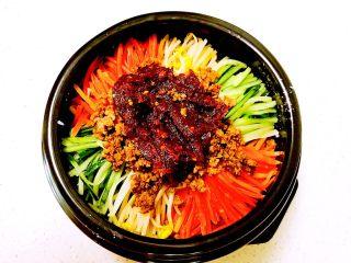 石锅拌饭,再加入朝鲜辣椒酱