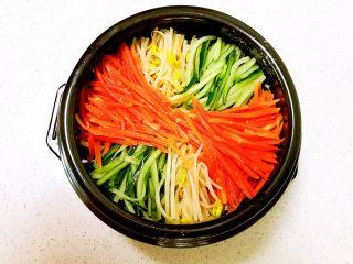 石锅拌饭,在码入胡萝卜丝