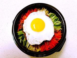 石锅拌饭,放入煎好的糖心鸡蛋