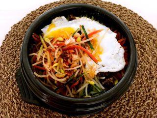 石锅拌饭,搅拌均匀就可以吃了,香辣适宜,咸鲜适口,这是一款颜值极高的菜品!