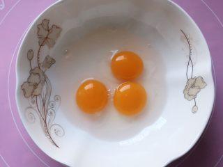 芝麻鸡蛋薄脆饼,将鸡蛋打入大碗中