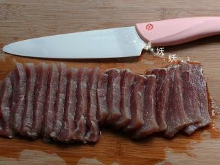 香脆猪排,依次全部切好,同样的方向。