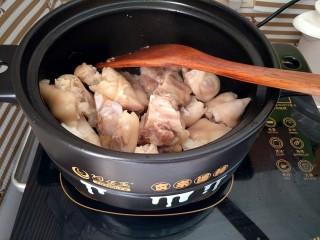 红烧猪蹄,炒到冰糖化开呈金黄色的时候,下入猪蹄翻炒,均匀的裹上糖色