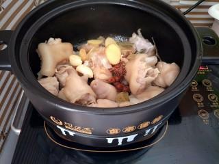 红烧猪蹄,下入姜蒜、八角香叶和花椒炒出香味