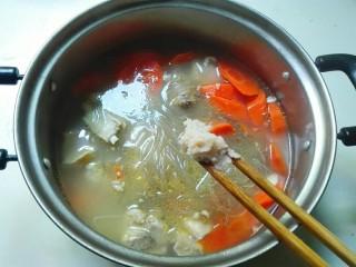 羊油香飘羊排汤,放少许熬制的羊油
