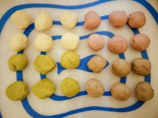 #家有烤箱#+彩色面包卷,排气以后,每个面团分成六个小挤子