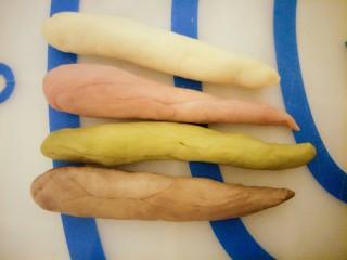 #家有烤箱#+彩色面包卷,每个颜色各取一个,都搓成长条,一端粗一端细