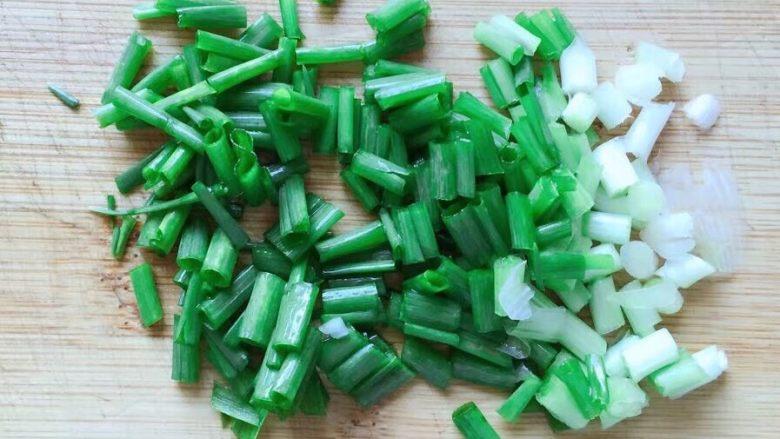 糖醋藕丁,葱洗净切葱花备用。