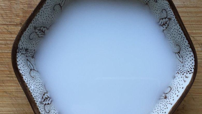 糖醋藕丁,在小碗中加入少许淀粉和清水,搅拌均匀成水淀粉备用。