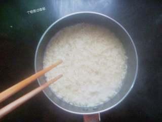 自制火鸡面,开水入锅煮1分钟,煮至方面松散,用筷子捞出