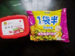 自制火鸡面,准备韩式辣酱和方便面一包,方便面最好选择弹性好一点的