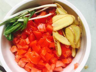 番茄豆腐小排汤,番茄切丁、姜切片、小葱洗净挽成团