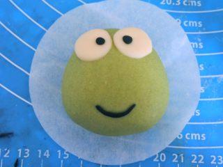 ⭐萌萌哒~小青蛙馒头⭐ ,青蛙脸上喷点水,然后贴成嘴巴 。