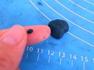 ⭐萌萌哒~小青蛙馒头⭐ ,分出芝麻粒大小的圆形,稍稍按扁。