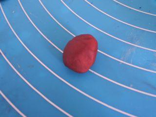 ⭐萌萌哒~小青蛙馒头⭐ ,揉成红色面团 。