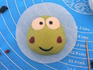 ⭐萌萌哒~小青蛙馒头⭐ ,分别贴在青蛙的脸颊上 。