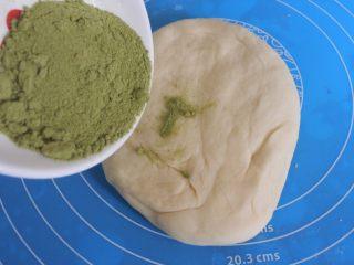 ⭐萌萌哒~小青蛙馒头⭐ ,将5克的麦草粉和182克的基础面团混合 。中间如果觉得干的话就加适量牛奶,揉成跟耳垂软硬度差不多的面团。