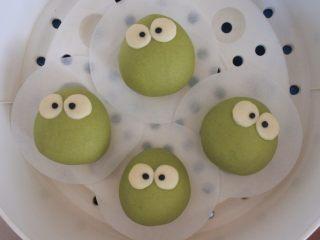 ⭐萌萌哒~小青蛙馒头⭐ ,分别贴在白色的眼睛上面。