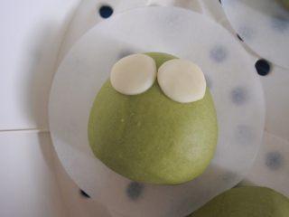 ⭐萌萌哒~小青蛙馒头⭐ ,拿两个贴在绿色面团上面 。