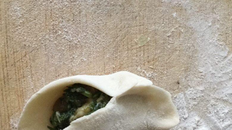 猪肉茴香馅饺子,我包饺子是从一头开始包,一边包一边捏褶皱。