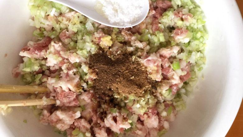 猪肉茴香馅饺子,盐8克。
