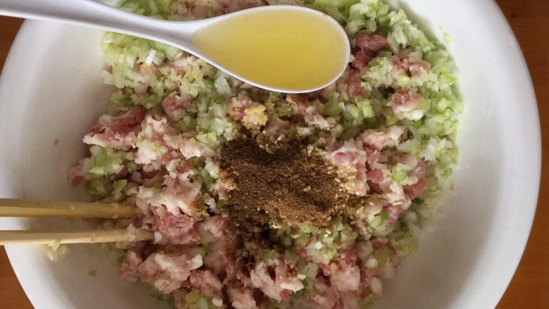猪肉茴香馅饺子,熟色拉油一勺。