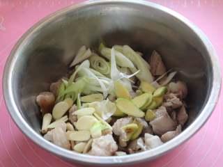 焖猪蹄,如图,将准备好的葱姜蒜到倒入盆中