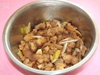 焖猪蹄,如图,将肉肉与调味搅拌均匀,放大概10-15分钟,以入味