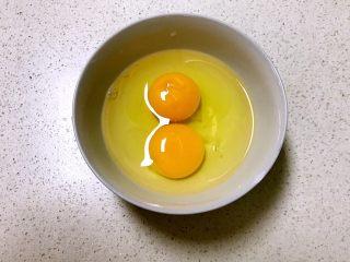 寿司,鸡蛋打入碗中调匀