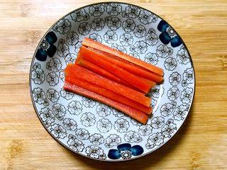 寿司,胡萝卜焯好后捞出来,冷水过凉,沥干水分备用